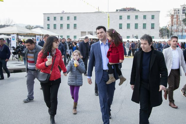 Të gjithë e njohim Linda Ramën, por kush është bashkëshortja e Lulzim  Bashës - TiranaNews