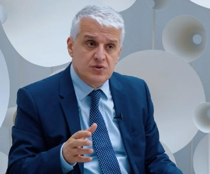 Shqipëria vuan për maska e doreza, Pandeli Majko porosit 400 qeleshe për diasporën